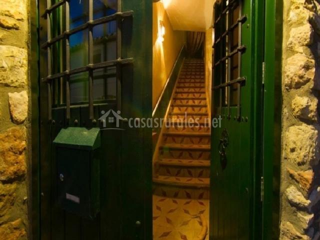 Puerta principal y escalera