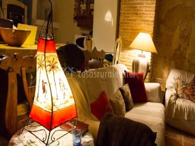 Sofá con lamparas encendidas