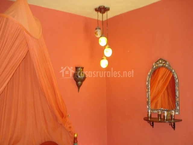 Dormitorio de color naranja