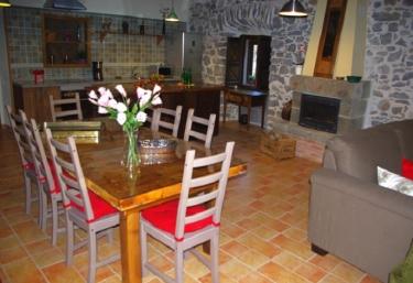 Casas rurales con chimenea en candamin for Casa rural con chimenea asturias