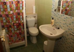 Aseo equipado con ducha y espejo