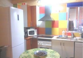 Cocina con azulejos coloridos