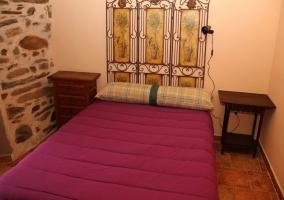 Dormitorio de matrimonio con orifinal cabecero