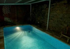 Vistas de la piscina cubierta de noche