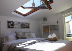 Dormitorio abuhardillado con ventanas