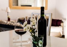 Detalles de la casa con copa de vino
