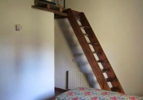 Dormitorio con escalera al altillo