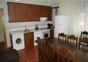 Amplia cocina-comedor con muebles de madera