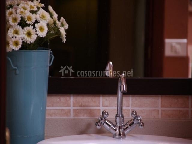 Detalle del lavabo con margaritas al lado