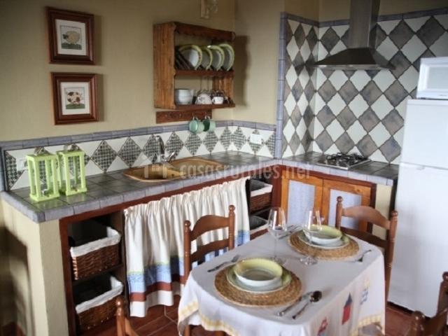 La cocina está totalmente equipada y cuenta con una mesa de comedor