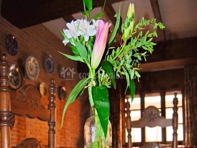 Salón comedor con centro floral en la mesa