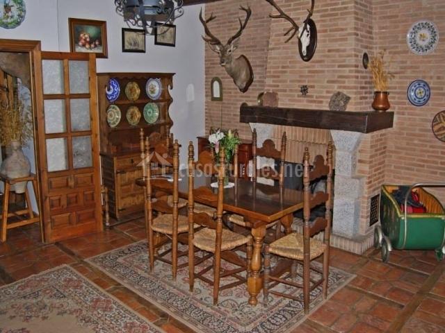 Salón comedor con muebles de madera
