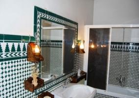 Aseo con bañera y espejo