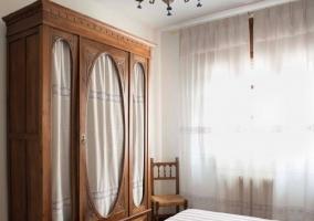 Dormitorio con camas individuales y armario