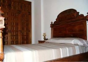 Dormitorio de matrimonio con armario empotrado