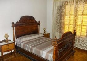 Dormitorio de matrimonio con armario y mesillas