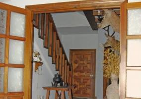 Entrada a la casa por puerta de madera