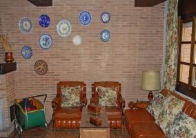 Salón con pared principal de ladrillo