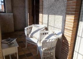 Vistas de la terraza con mobiliario de mimbre