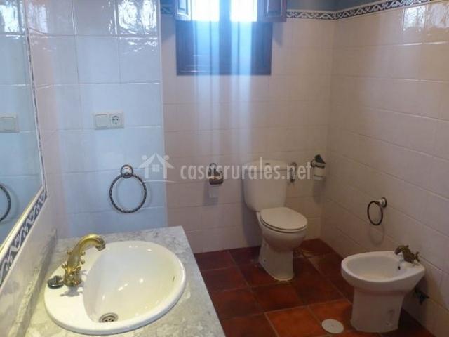 Amplio cuarto de baño con un gran espejo