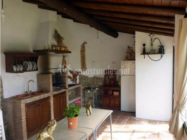 Barbacoa con fregadero junto a muebles