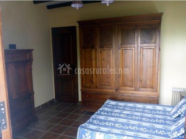 Habitación con armario y muebles de madera