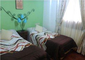 Habitación doble con camas separadas y una lámpara de diseño