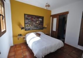 Dormitorio con cuatro camas individuales de la casa rural