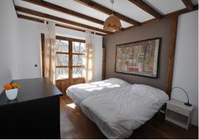 Dormitorio decorado con cama de matrimonio de la casa rural