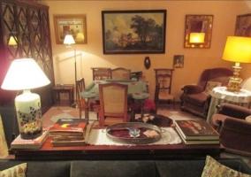 Sala de estar con chimenea en el frente y sus sillones