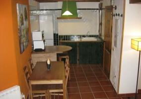 Cocina con barra y mesa