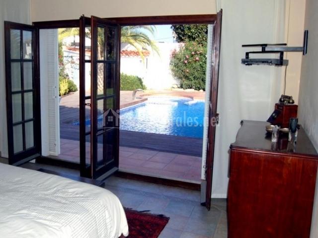 Dormitorio con acceso a piscina