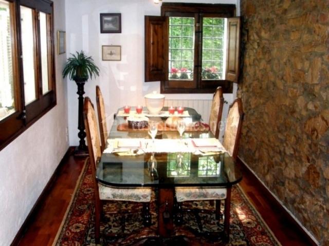 El comedor con mesa de cristal