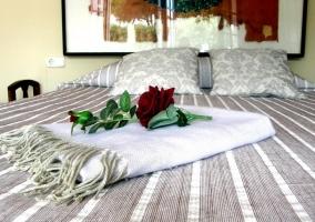 Flor sobre cama de matrimonio