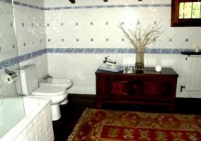 Baño con mueble madera