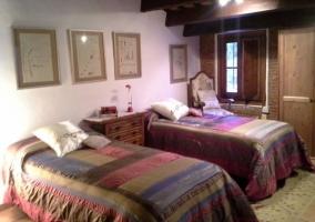 Dormitorio doble con colchas de colores y madera