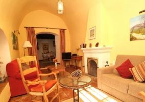 Salón con muebles artesanales