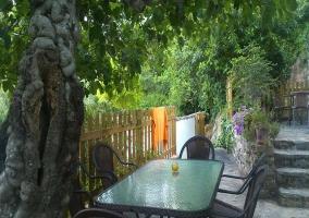 Jardín con muebles de exterior
