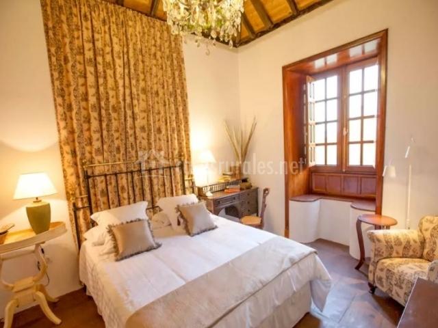 Dormitorio de matrimonio con detalles en color crudo