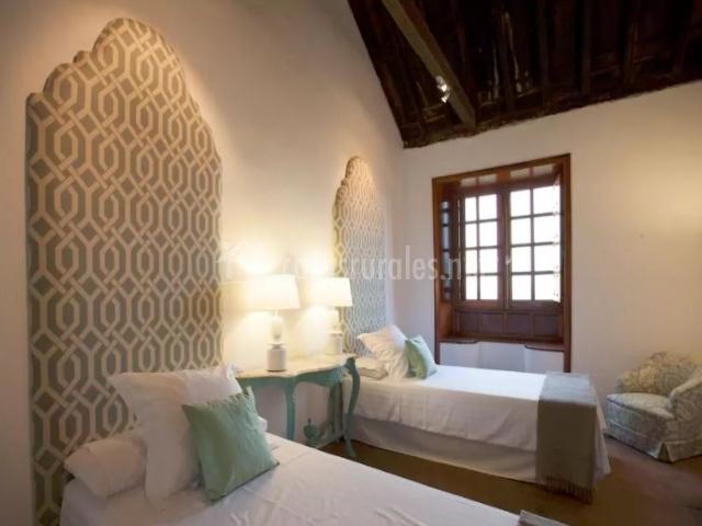 Dormitorio doble con cabeceros acolchados