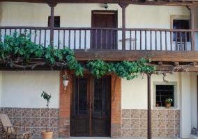 Acceso principal con fachada en piedra y puertas de madera