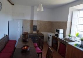 Sala de estar con mesa redonda de madera y chimenea