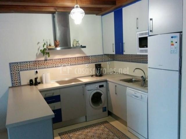 Cocina de la casa en blanco y azul con lavadora