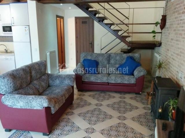 Sala de estar con la escalera al lado