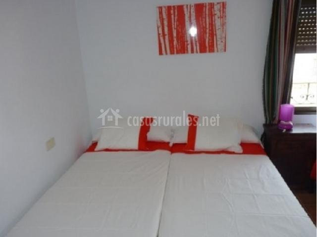 Dormitorio con camas individuales juntas de la casa rural