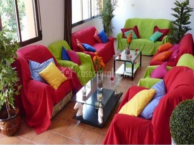 Sala de estar con butacas y sillones de la casa rural
