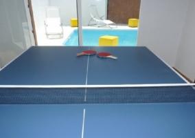 Mesa de pingpong en el cuarto de juegos