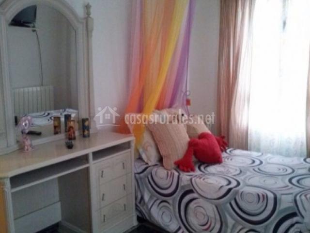 Dormitorio con tocador en blanco al lado