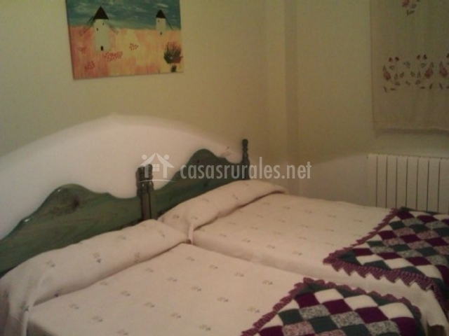 Dormitorio doble con cuadros