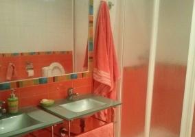 Aseo de la casa con ducha y un espejo